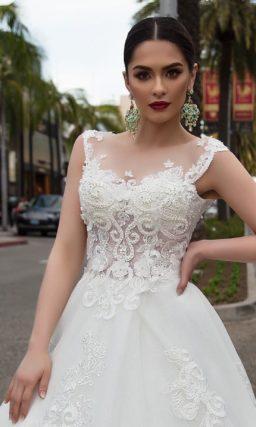 Оригинальное свадебное платье с отделкой плотной вышивкой и длинным тонким шлейфом.