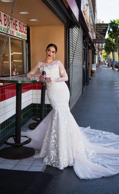 Свадебное платье «русалка» с вышитым декором, прозрачным рукавом и длинным шлейфом.