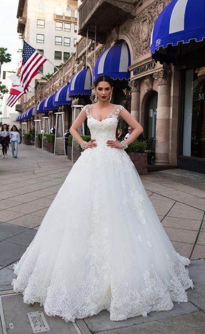 Классическое свадебное платье «принцесса» с соблазнительным лифом и кружевом.