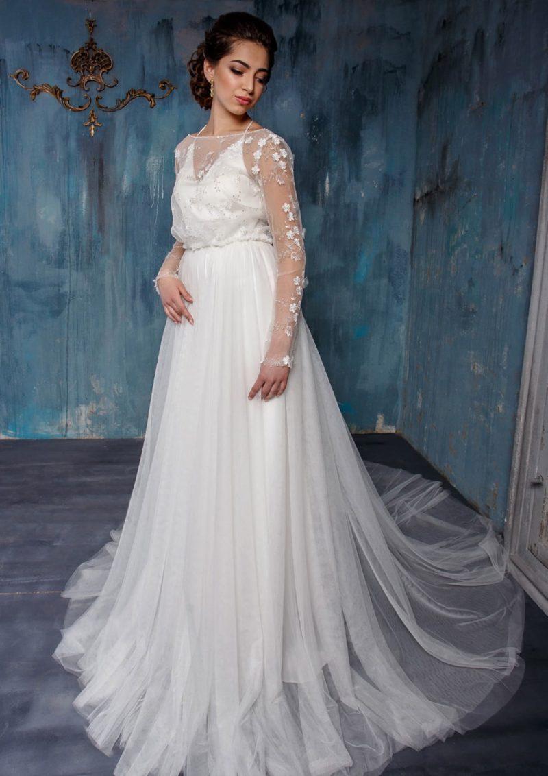 Изысканное свадебное платье с длинным полупрозрачным шлейфом и рукавом с кружевом.