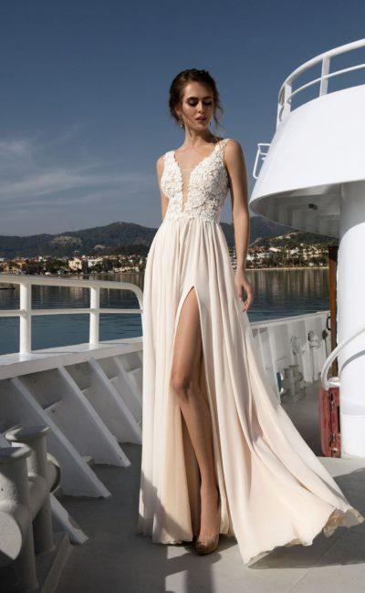 Кремовое свадебное платье прямого кроя с высоким разрезом и закрытым лифом с кружевом.