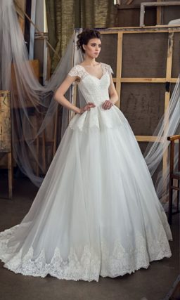 Пышное свадебное платье с плотной кружевной баской и изящным небольшим вырезом.