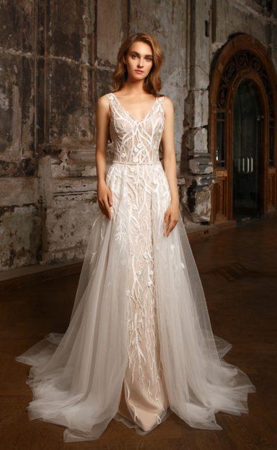 Фактурное свадебное платье на бежевой подкладке, с полупрозрачной съемной юбкой.
