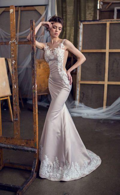 Атласное свадебное платье кремового цвета с изящной белой отделкой по бокам.