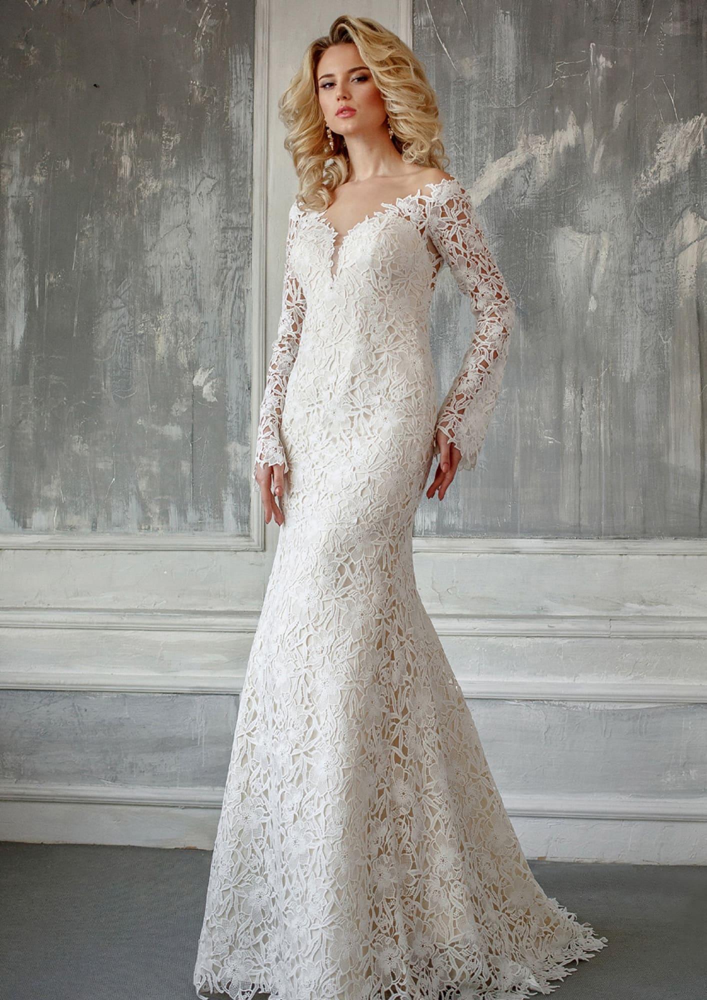 53606efdcf7f981 Эффектное свадебное платье с кружевной отделкой, вырезом и длинным рукавом.
