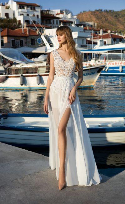 Соблазнительное свадебное платье с полупрозрачной юбкой с разрезом и узким поясом.