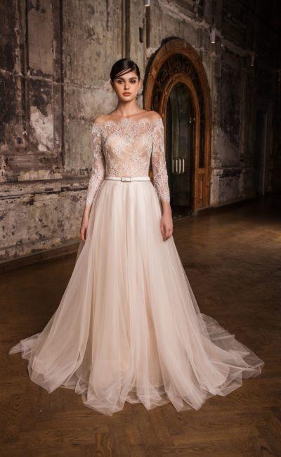 Пудровое свадебное платье с кружевным портретным декольте и многослойной юбкой.