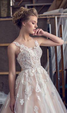 Розовое свадебное платье с пышной юбкой и романтичными белыми аппликациями.