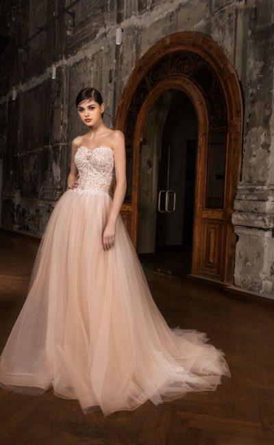 Великолепное розовое свадебное платье пышного кроя с эффектным открытым лифом.