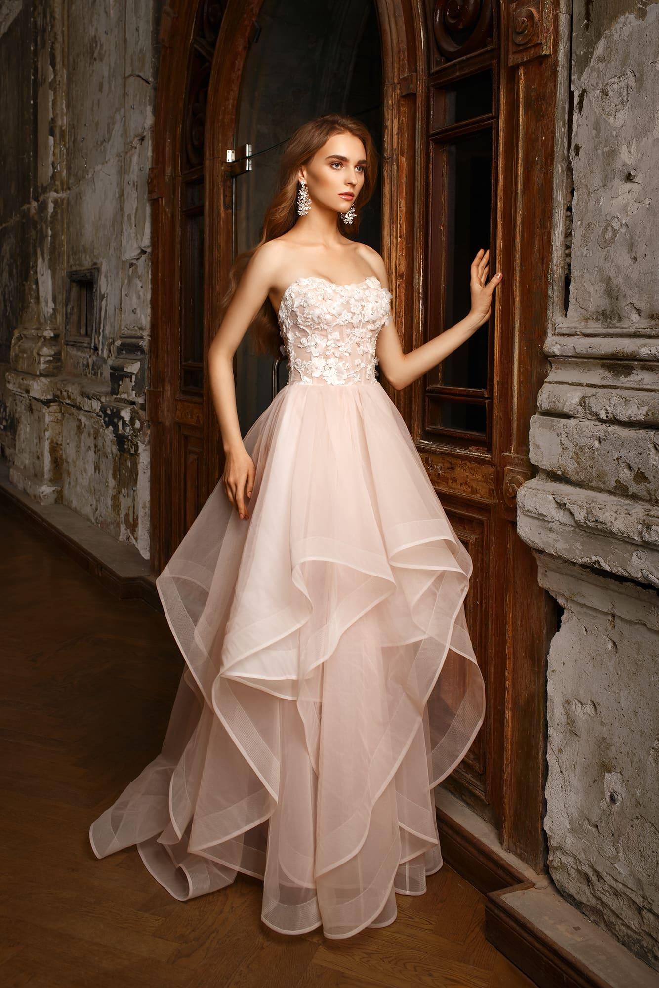 9463c05868f Открытое свадебное платье с объемной отделкой корсета и многослойным пышным  подолом.
