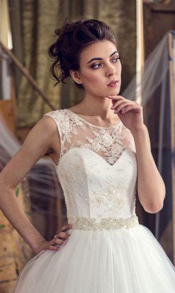 Пышное свадебное платье с атласным корсетом, покрытым тонкой кружевной тканью.