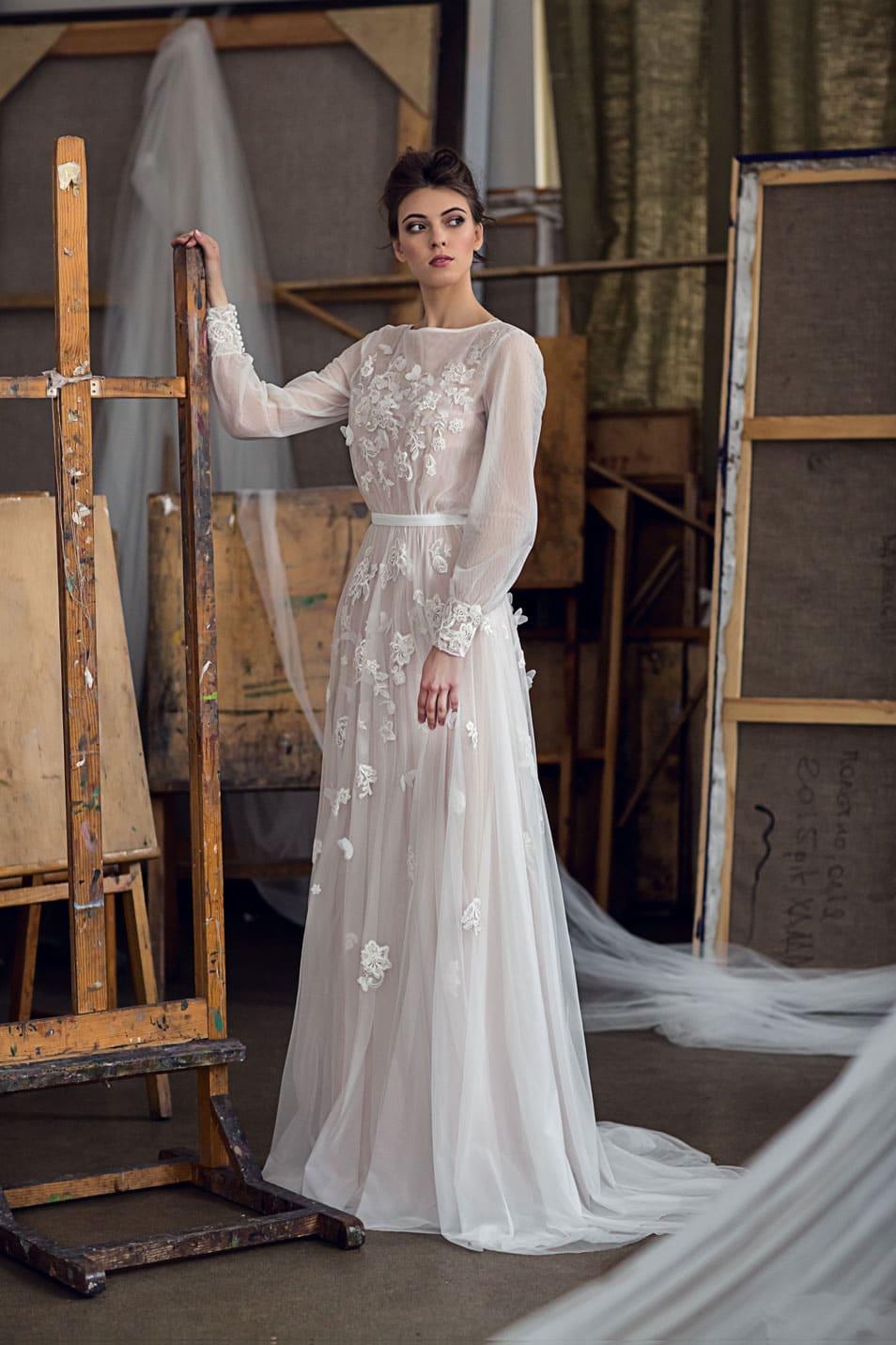 0145515ec14e3da Прямое свадебное платье с длинным рукавом и элегантной бежевой подкладкой.