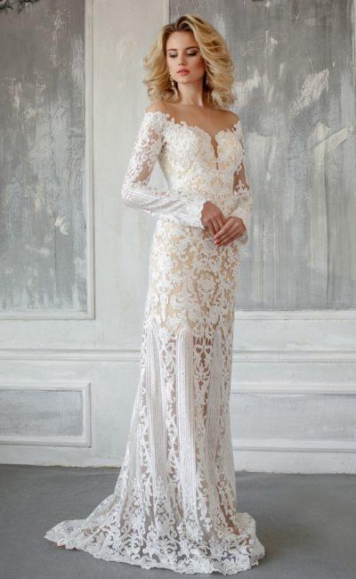 Прямое свадебное платье с фигурным вырезом, открывающим плечи, и бежевой подкладкой.