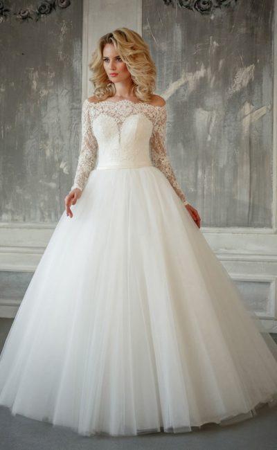 Воздушное свадебное платье с кружевным рукавом, открытыми плечами и поясом на талии.