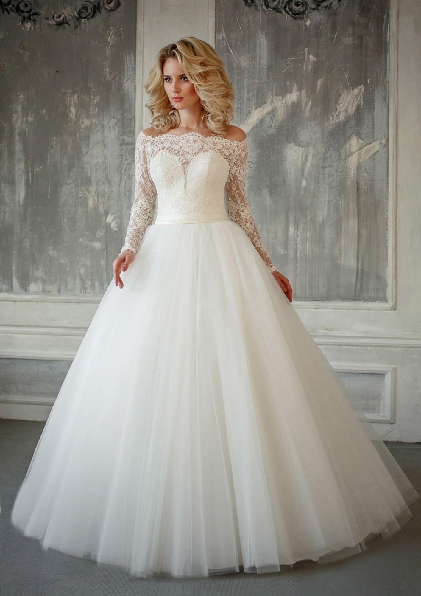 92e85b77ef0e470 Воздушное свадебное платье с кружевным рукавом, открытыми плечами и поясом  на талии.
