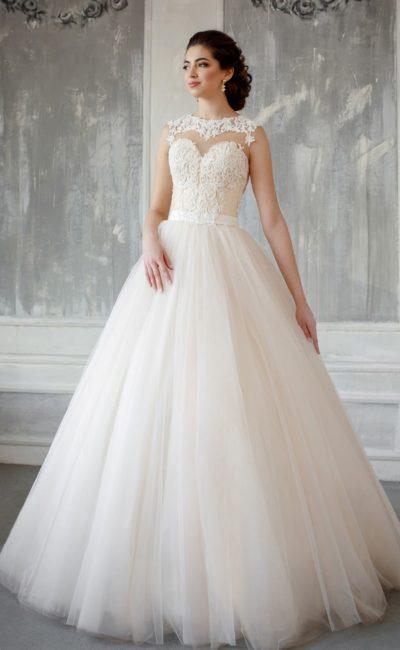Пышное свадебное платье с кружевным корсетом на бежевой подкладке и прозрачной спиной.