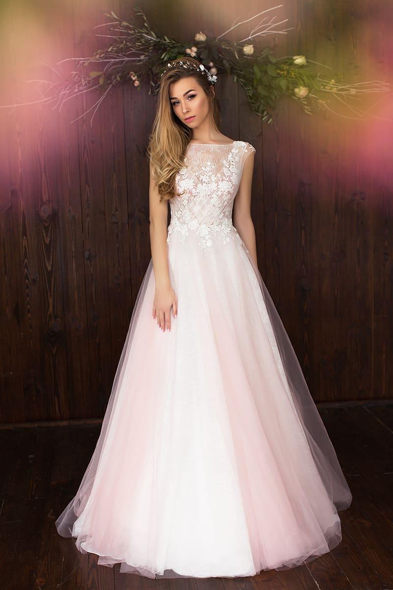 1fd88ac1191 Закрытое свадебное платье кремового оттенка с многослойной юбкой и кружевом  на лифе.