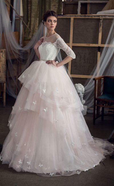 Сногсшибательное свадебное платье с многоярусной пышной юбкой в кремовых тонах.