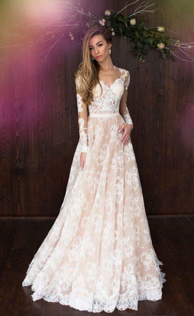 Кружевное свадебное платье с длинным рукавом и чувственным вырезом на спинке.