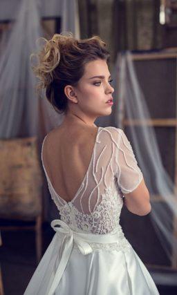 Атласное свадебное платье «принцесса» с коротким рукавом и изящным круглым вырезом.
