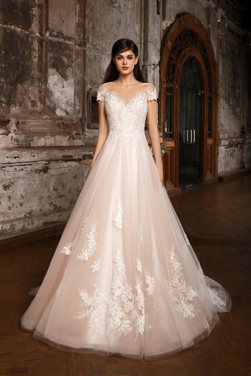 Бежевое свадебное платье А-силуэта с коротким рукавом и нежными аппликациями кружева.