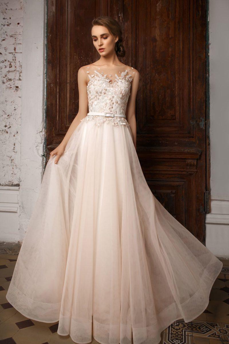 Розовое свадебное платье с объемной отделкой открытого корсета и узким поясом на талии.