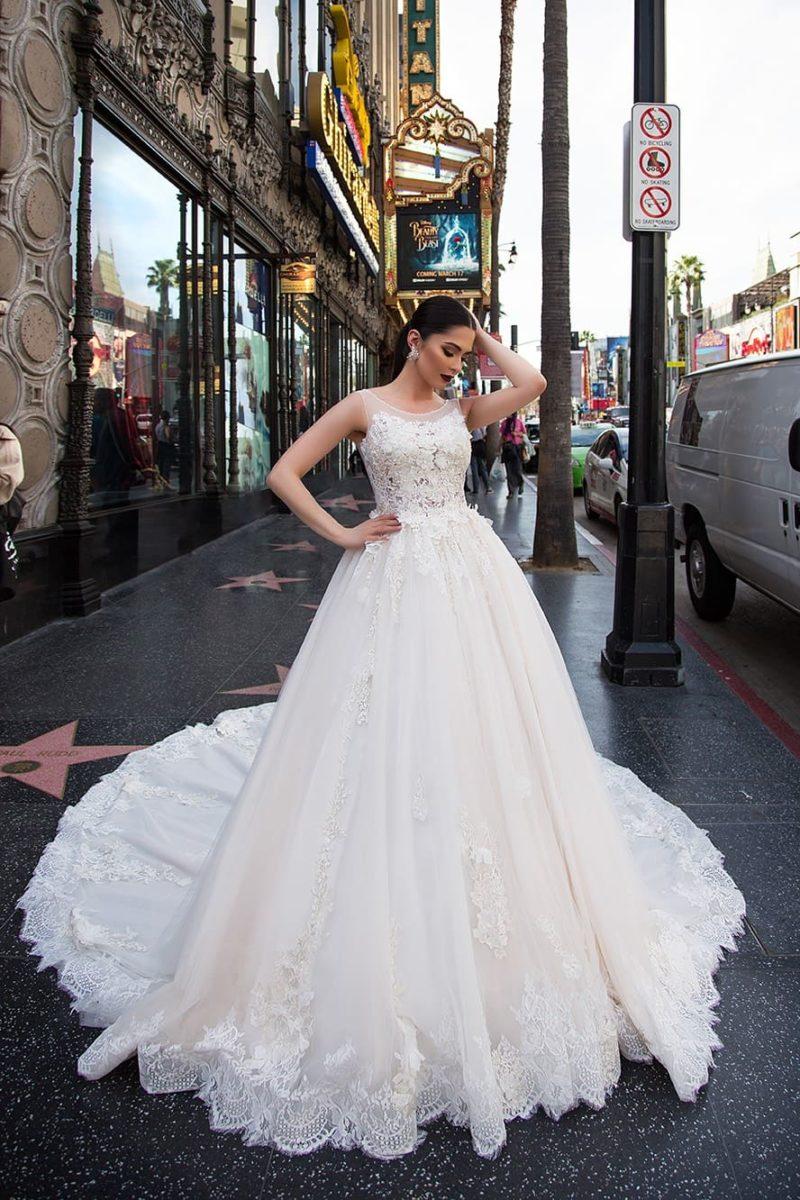 Кружевное свадебное платье традиционного силуэта с царственным длинным шлейфом.