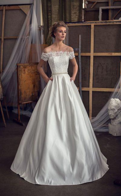 Глянцевое свадебное платье А-кроя с элегантным кружевным верхом и поясом на талии.