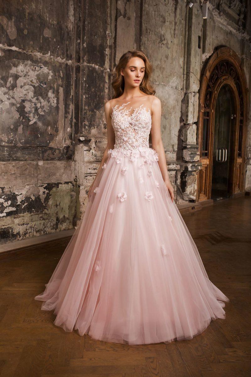 Пышное свадебное платье с полупрозрачным верхом и объемными бутонами по верху подола.