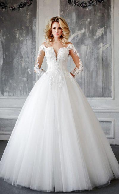Пышное свадебное платье с глубоким вырезом и объемной отделкой корсета бутонами.