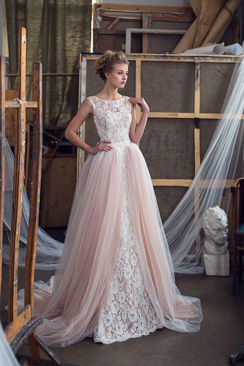 Кружевное свадебное платье-трансформер с бежевой верхней юбкой и закрытым лифом.