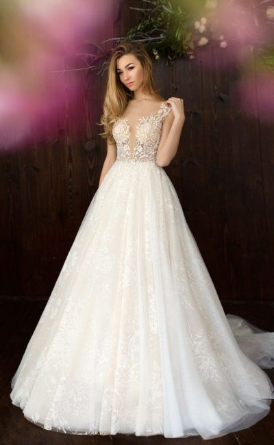 Ажурное свадебное платье с полупрозрачной спинкой и эффектным шлейфом сзади.