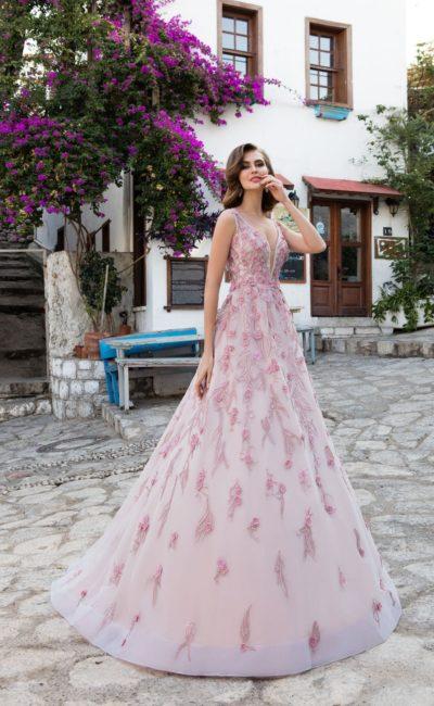 Пышное розовое свадебное платье с изящным вырезом и объемной цветочной вышивкой.