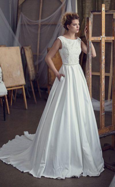 Закрытое свадебное платье с потрясающей пышной юбкой с длинным полукругом шлейфа.