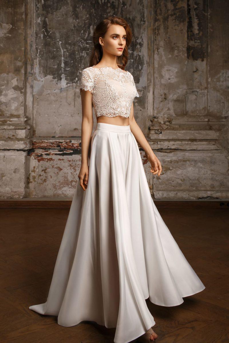 Свадебное платье с атласной юбкой А-силуэта и укороченным кружевным лифом.