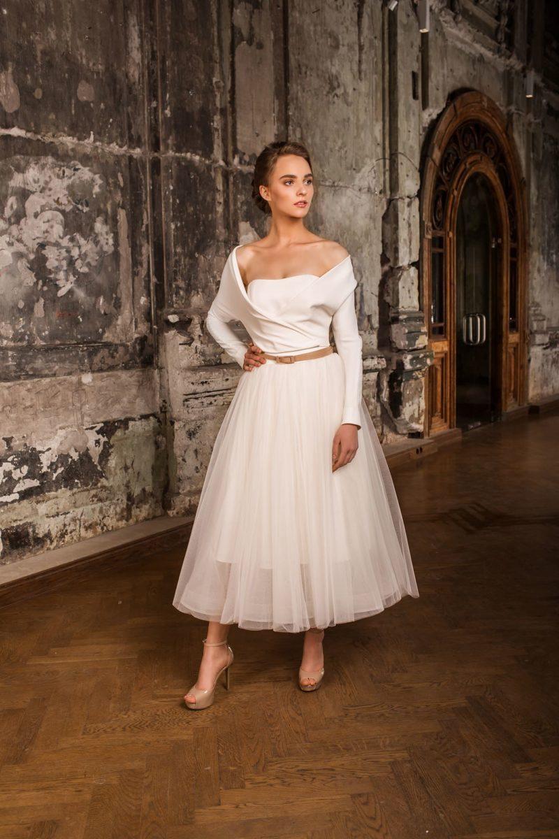 Оригинальное свадебное платье чайной длины с драматичным кроем верха и рукавом.