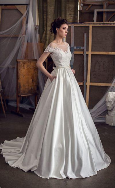 Свадебное платье «принцесса» с коротким рукавом и узким бисерным поясом на талии.