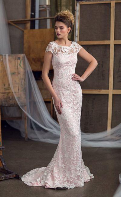 Облегающее свадебное платье с белым кружевом на розовой подкладке и закрытым лифом.