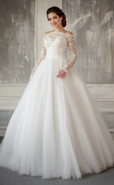 Пышное свадебное платье с длинным кружевным рукавом и чувственно открытыми плечами.