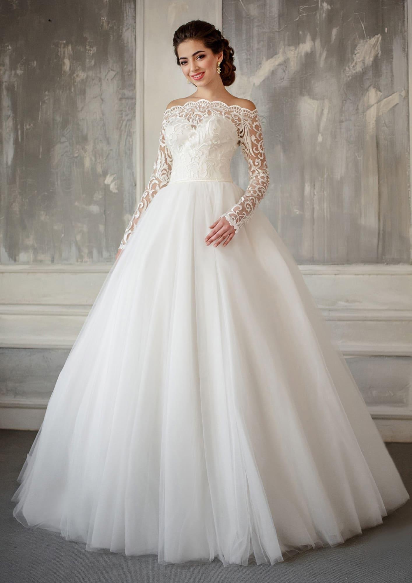 5601b04505ff762 Пышное свадебное платье с длинным кружевным рукавом и чувственно открытыми  плечами.