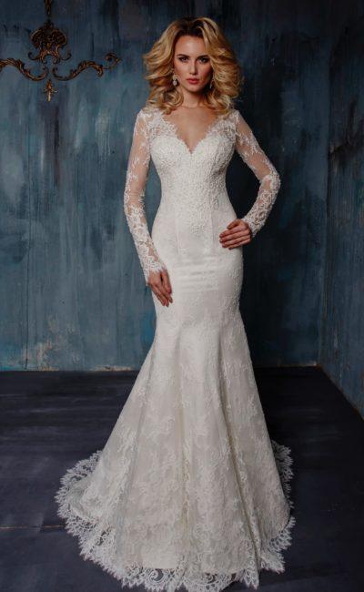 Свадебное платье силуэта «русалка» с длинным рукавом и V-образным вырезом декольте.