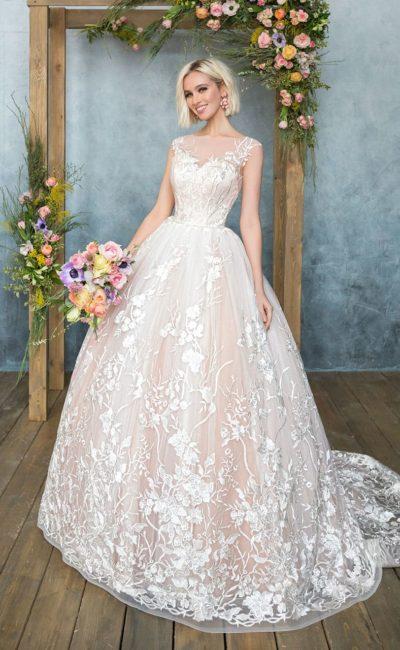 Пышное свадебное платье с персиковым оттенком и роскошной отделкой кружевом.