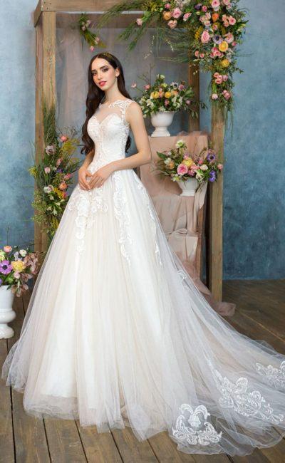 Кружевное свадебное платье с пышной многослойной юбкой и лифом «сердечком» с вставкой.