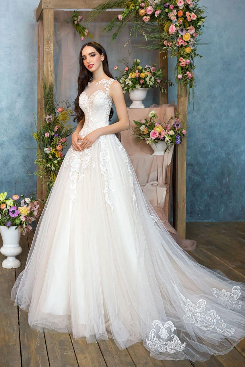 2277dd167da Кружевное свадебное платье с пышной многослойной юбкой и лифом «сердечком»  с вставкой.