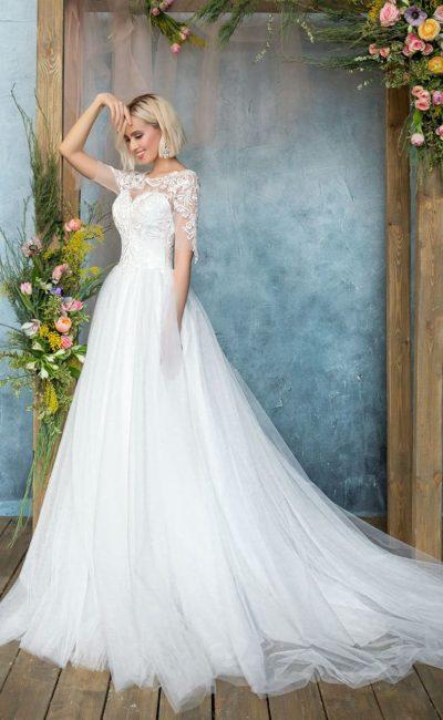 Романтичное свадебное платье с полупрозрачным рукавом и кружевной спинкой.