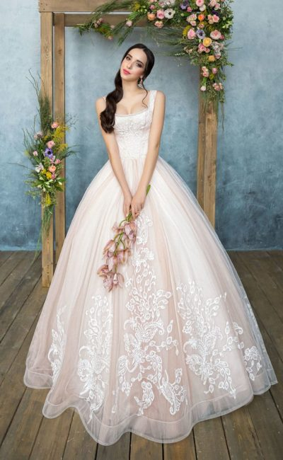 Кремовое свадебное платье пышного силуэта с нежной кружевной отделкой подола.