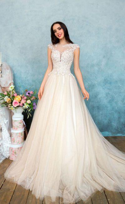 Бежевое свадебное платье с кружевным корсетом и короткими фигурными рукавами.