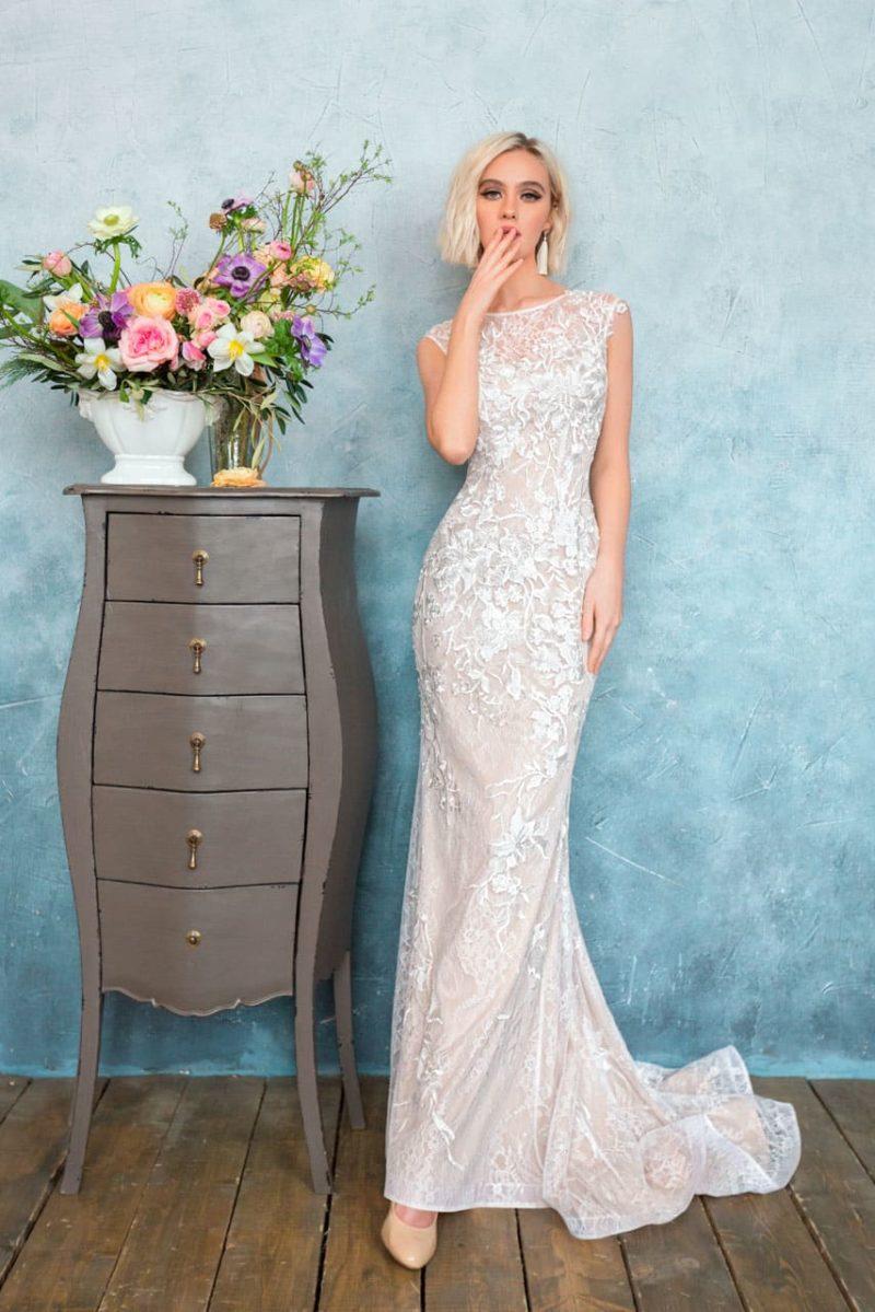 Бежевое свадебное платье с закрытым лифом и соблазнительным облегающим силуэтом.