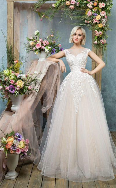 Бежевое свадебное платье с закрытым верхом и полупрозрачной спинкой с пуговицами.