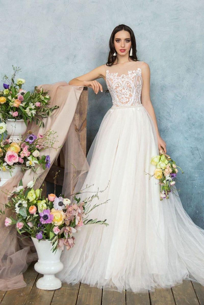 Воздушное свадебное платье с верхом на бежевой подкладке и шифоновой юбкой.